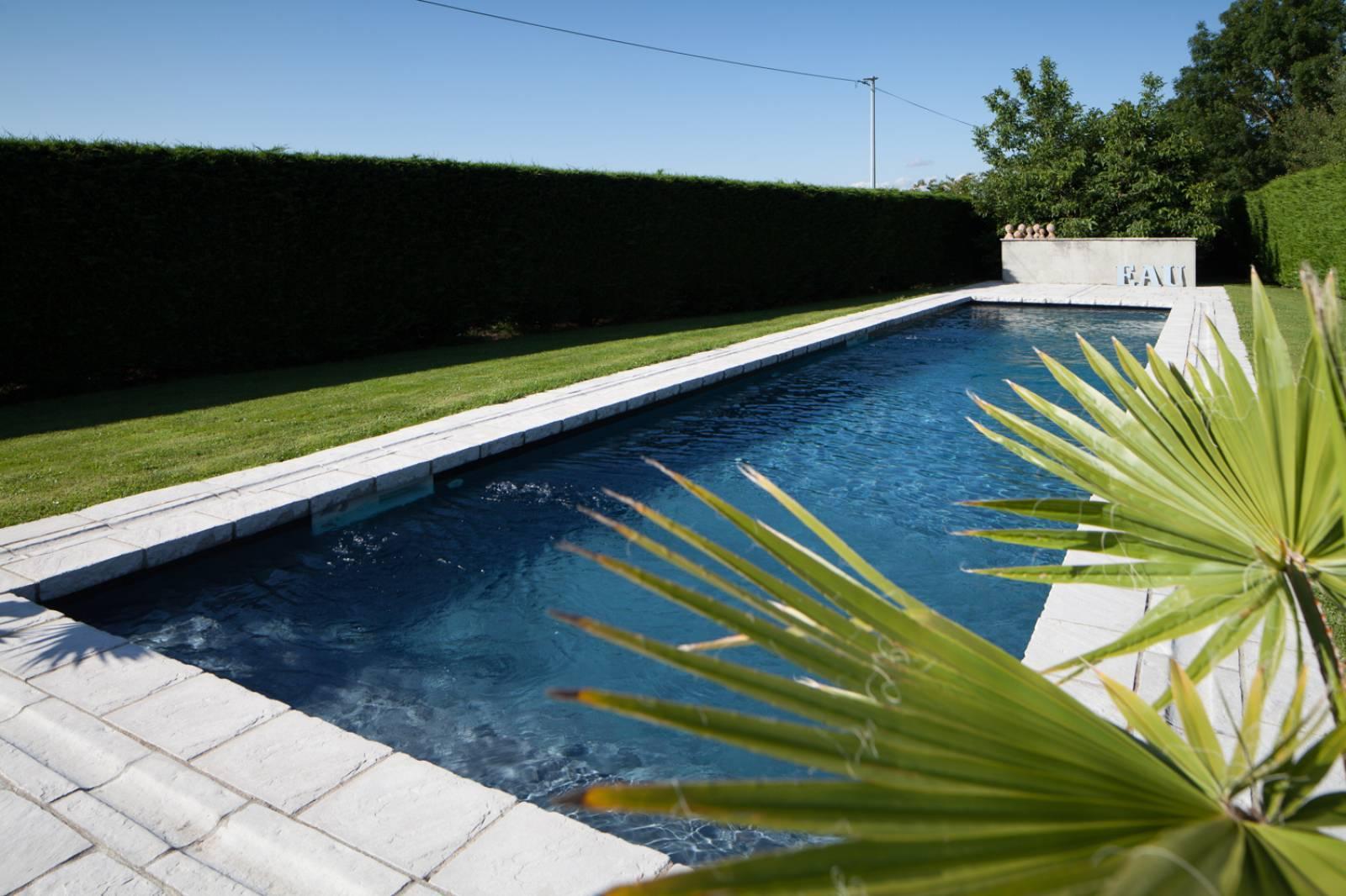 Piscine Beton Avec Plage Immergée piscine en béton couloir de nage et plage immergée à